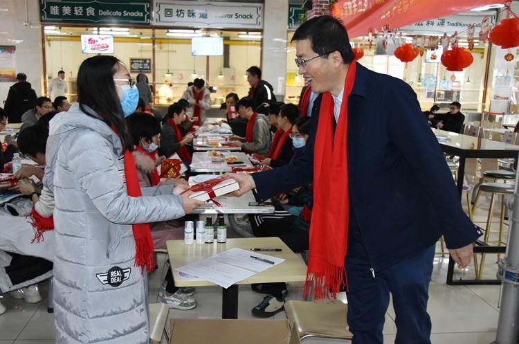 【图片3】院领导老师赠送新春礼物.JPG