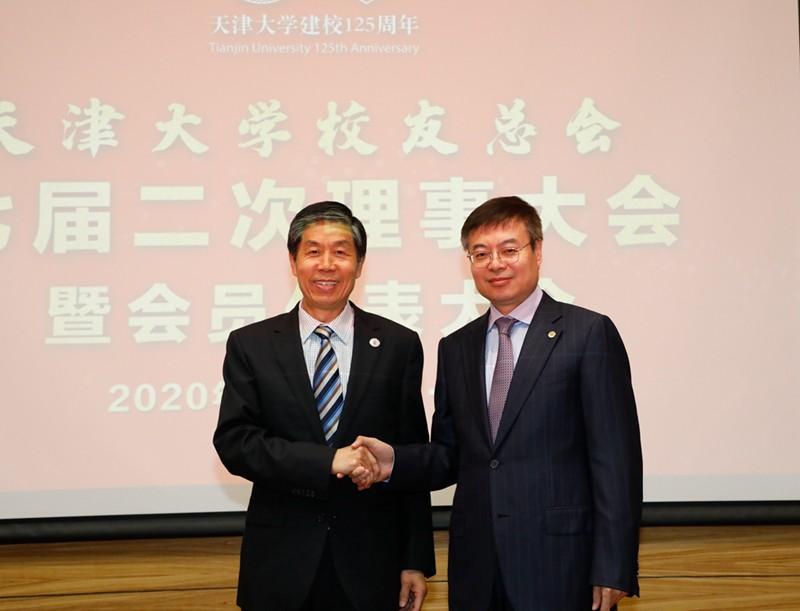 新闻 理事大会常务理事会 金校长 刘书记握手.jpg